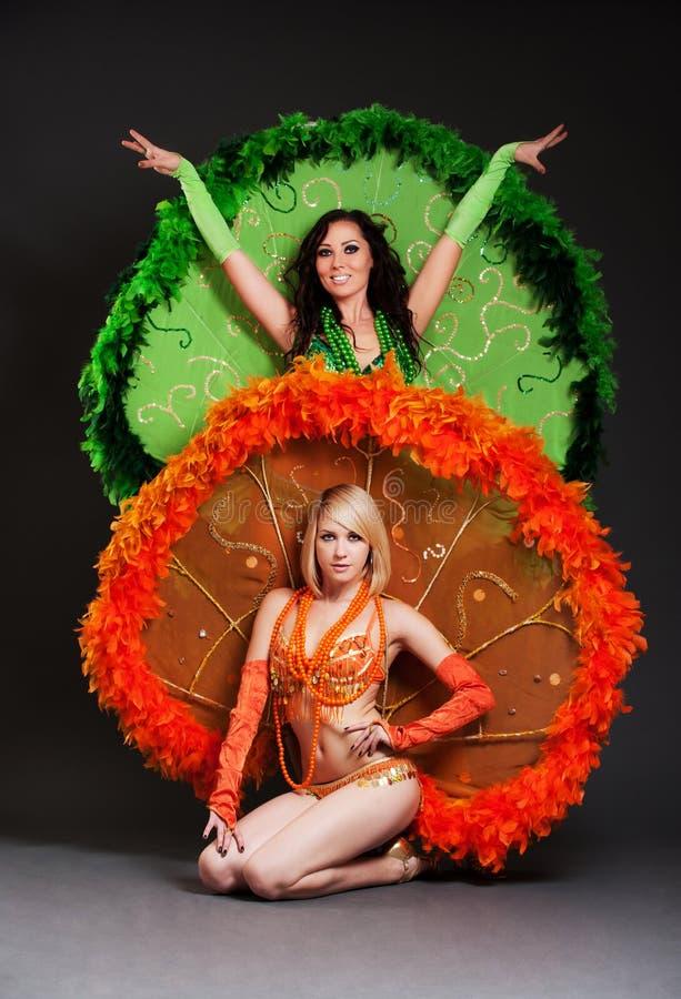 Deux danseurs dans des costumes d'étape image libre de droits