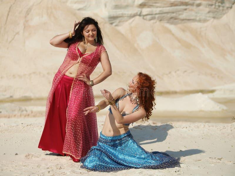 Deux danseurs de bellydance photographie stock