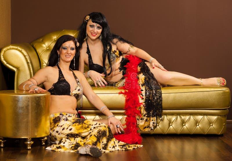 Deux danseuses du ventre préformant sur l'étape photo stock
