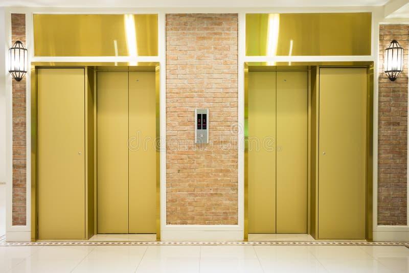 deux de l 39 ascenseur de luxe dans le b timent moderne image stock image du entr es trappe. Black Bedroom Furniture Sets. Home Design Ideas