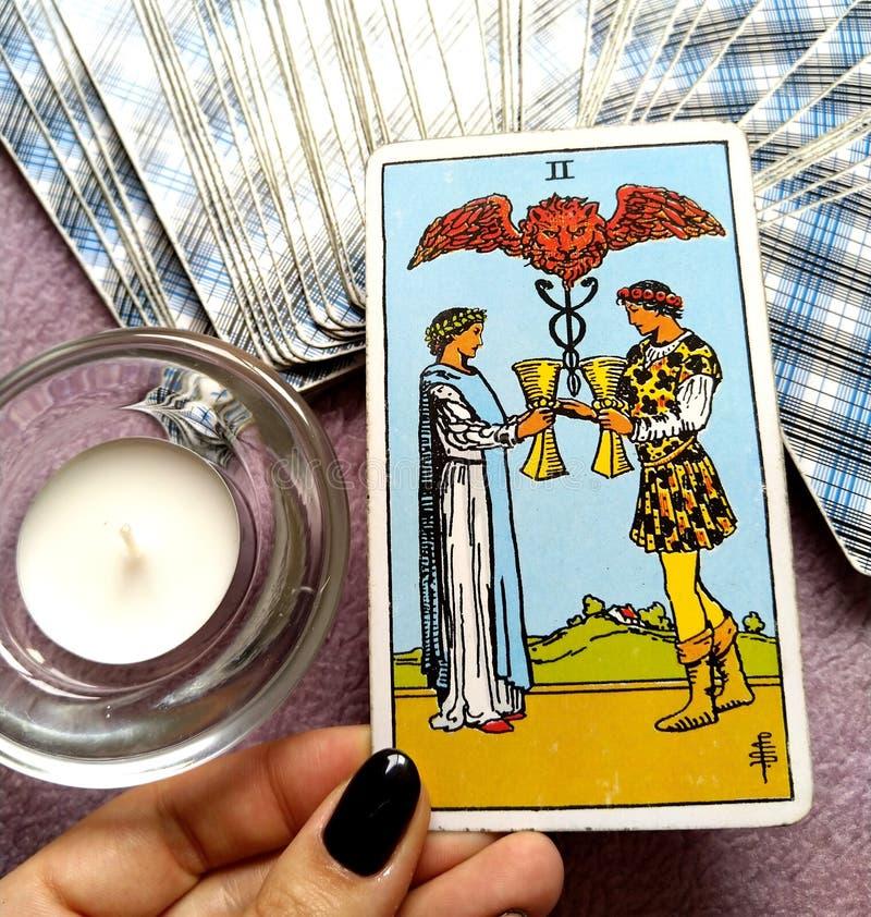 2 deux de l'offre de carte de tarot de tasses des couples heureux de relations observe seulement l'un pour l'autre l'association/ photographie stock