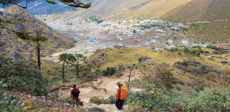 Deux de la promenade de trekker au village à l'Himalaya traînent sur le chemin au camp de base d'Everest, vallée de Khumbu, parc  photos stock