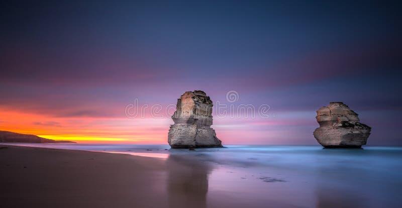 Deux des douze apôtres au lever de soleil de la plage de Gibsons, grand image libre de droits