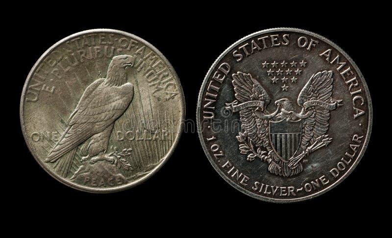 Deux dollars américains argentés avec l'aigle sur le noir image stock