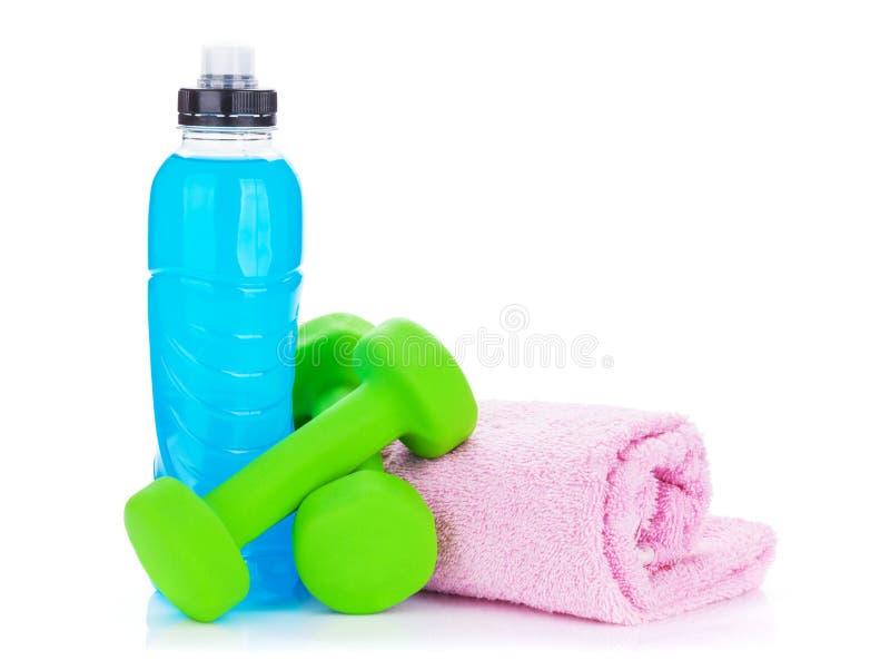 Deux dumbells, bouteilles de boissons et serviettes verts photo libre de droits