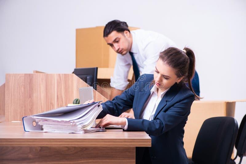 Deux employés étant mis le feu de leur travail image stock