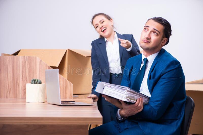 Deux employés étant mis le feu de leur travail images libres de droits