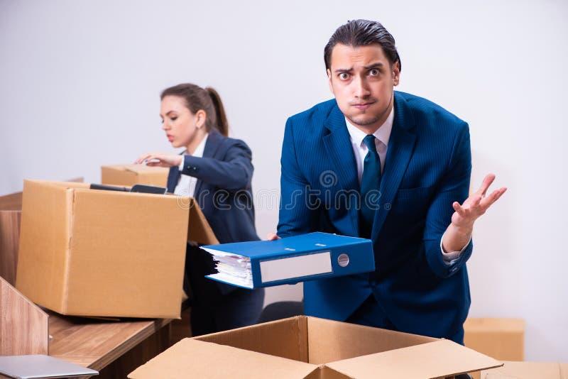 Deux employés étant mis le feu de leur travail photo stock