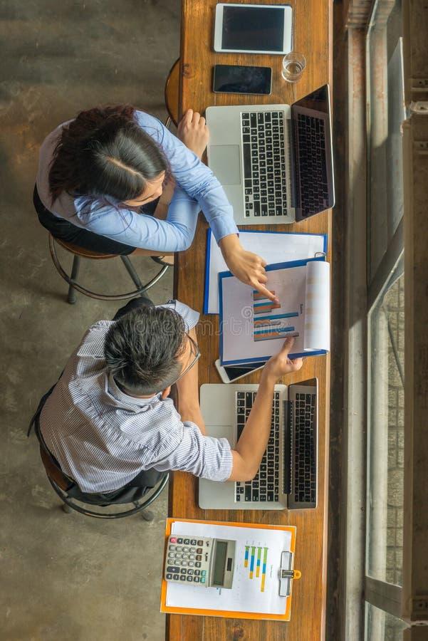 Deux employés d'affaires discuter au sujet des données financières sur le rapport photographie stock