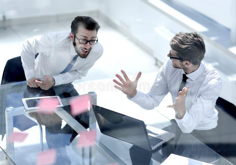 Deux employés discutant la nouvelle documentation en ligne photos libres de droits