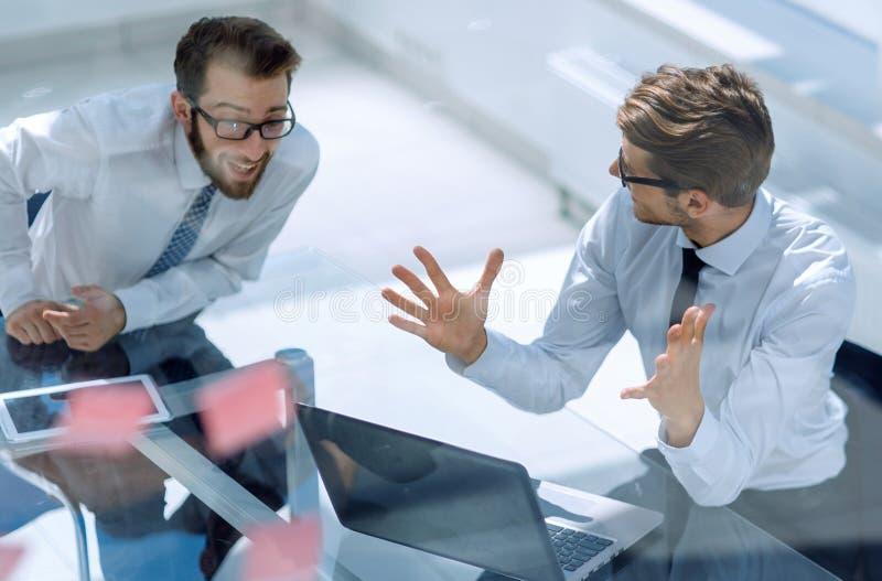 Deux employés discutant la nouvelle documentation en ligne photo libre de droits