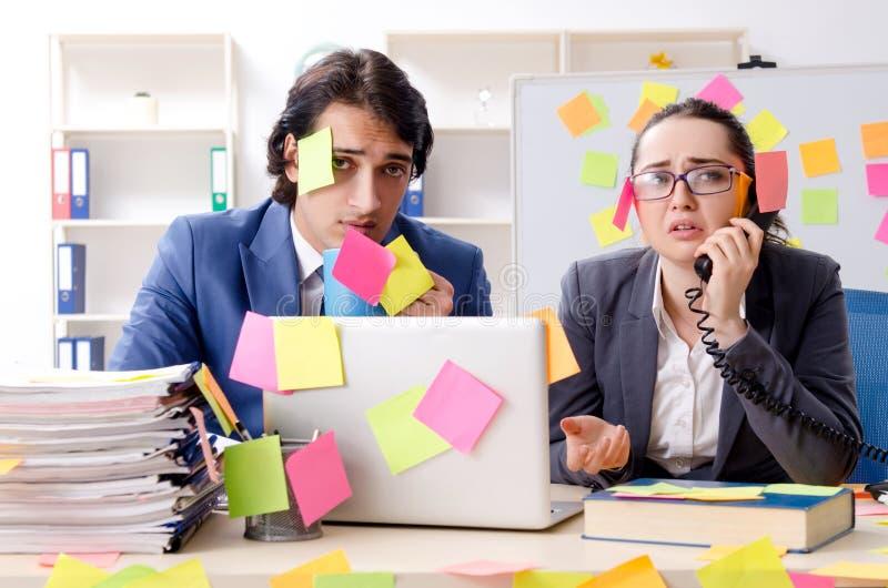Deux employ?s de coll?gues travaillant dans le bureau images stock