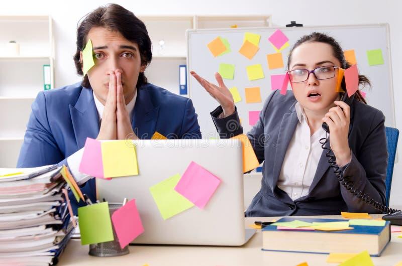 Deux employ?s de coll?gues travaillant dans le bureau photo stock