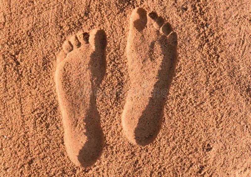 Deux empreintes de pas sur le sable images stock