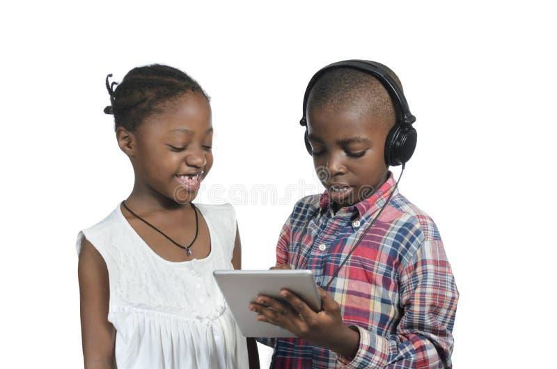 Deux enfants africains avec la tablette photo libre de droits