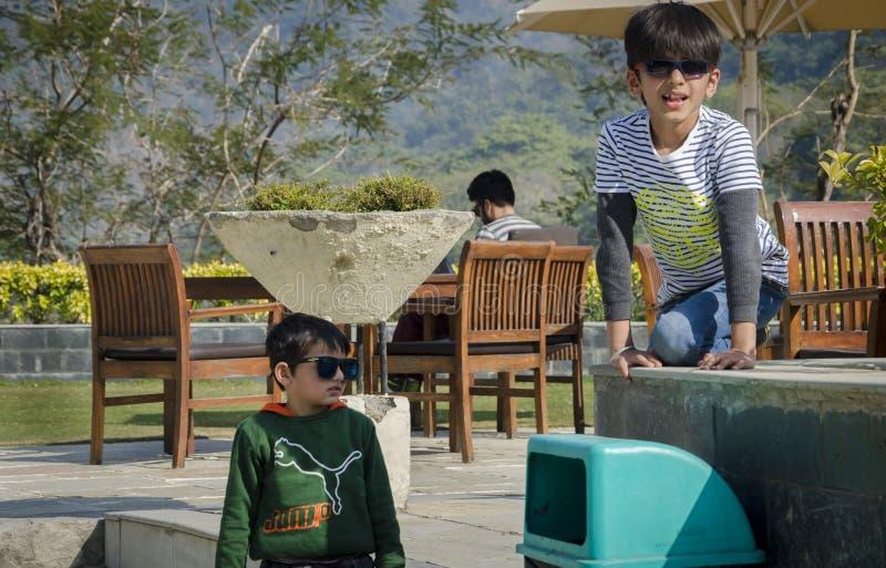 Deux enfants ayant l'amusement ensemble photos stock