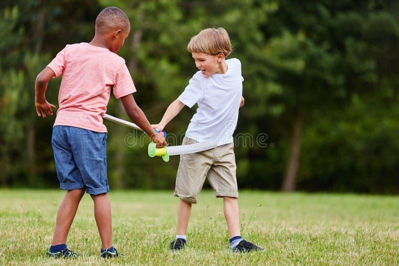 Deux enfants combattant comme pirates photos stock
