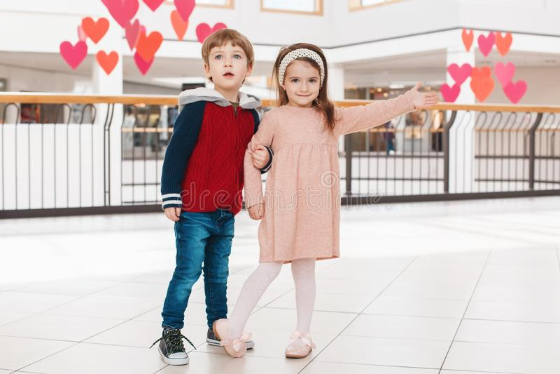 Deux enfants drôles adorables mignons caucasiens blancs garçon et fille étreignant des baisers photos libres de droits