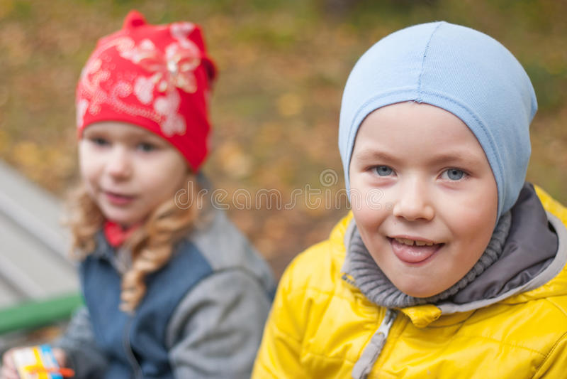 Deux enfants en parc en automne, portrait photographie stock libre de droits