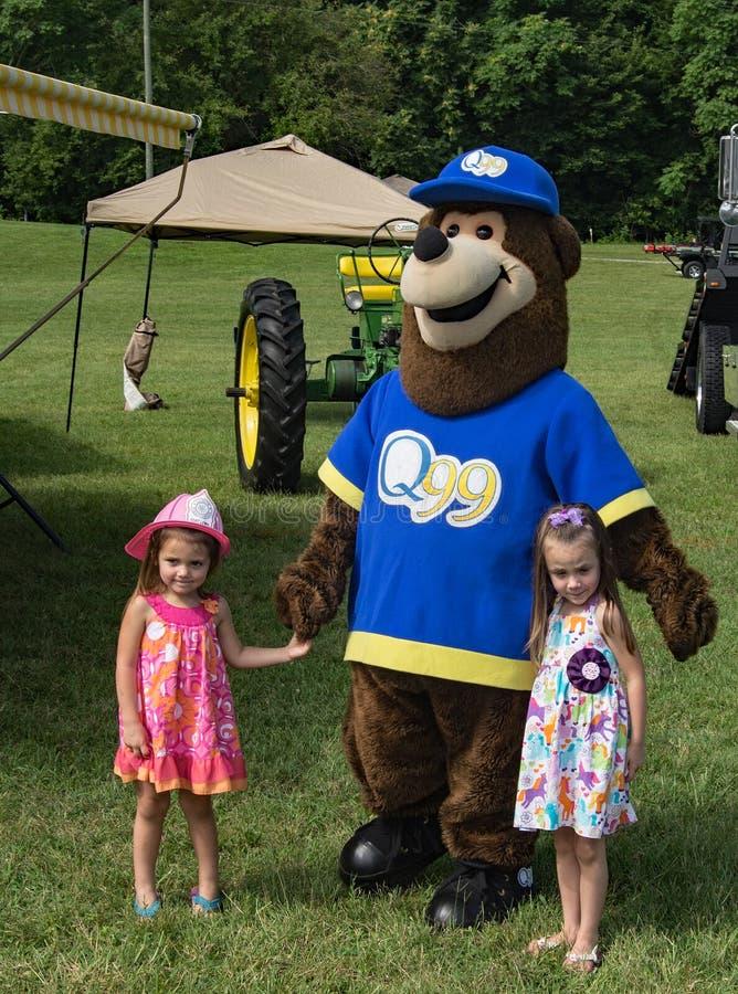 Deux enfants et un ours bleu photo stock