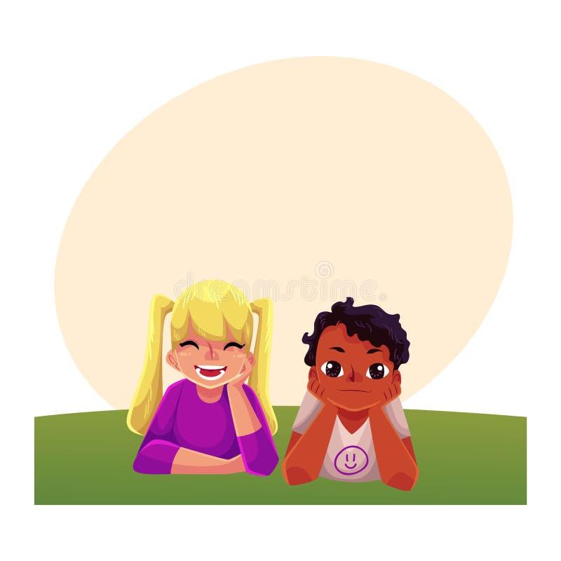 Deux enfants, garçon d'africain noir, fille caucasienne, se trouvant sur l'herbe illustration de vecteur