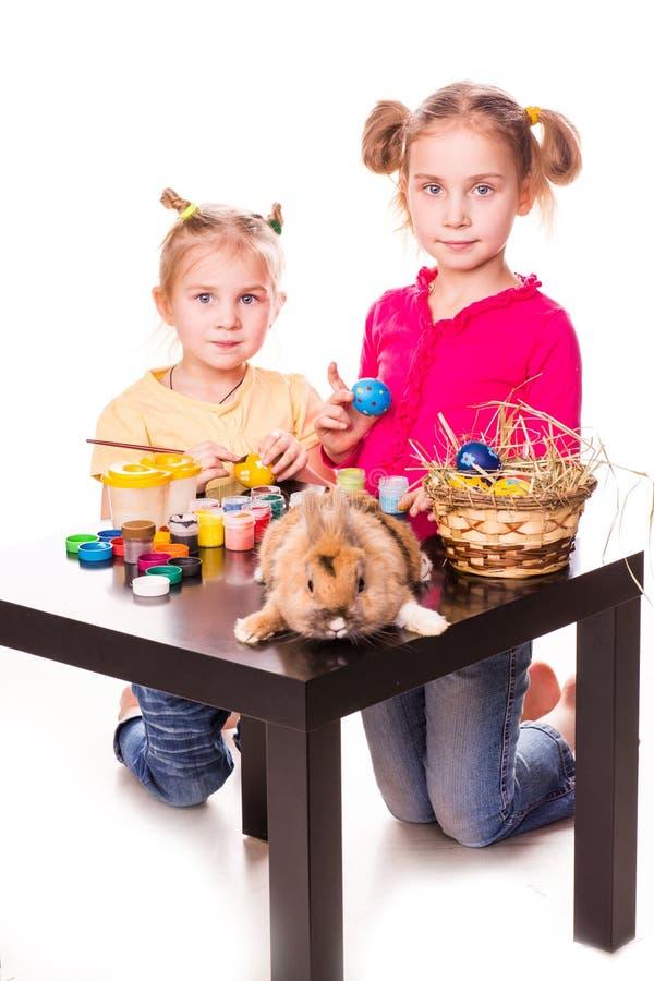 Deux enfants heureux peignant des oeufs de pâques. Joyeuses Pâques images libres de droits
