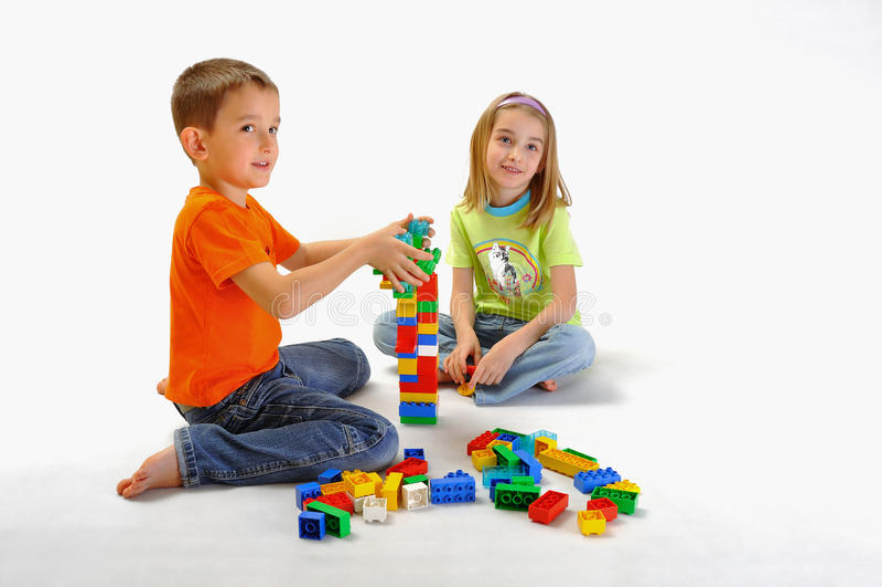 Deux enfants jouant avec constructor_6 photographie stock libre de droits