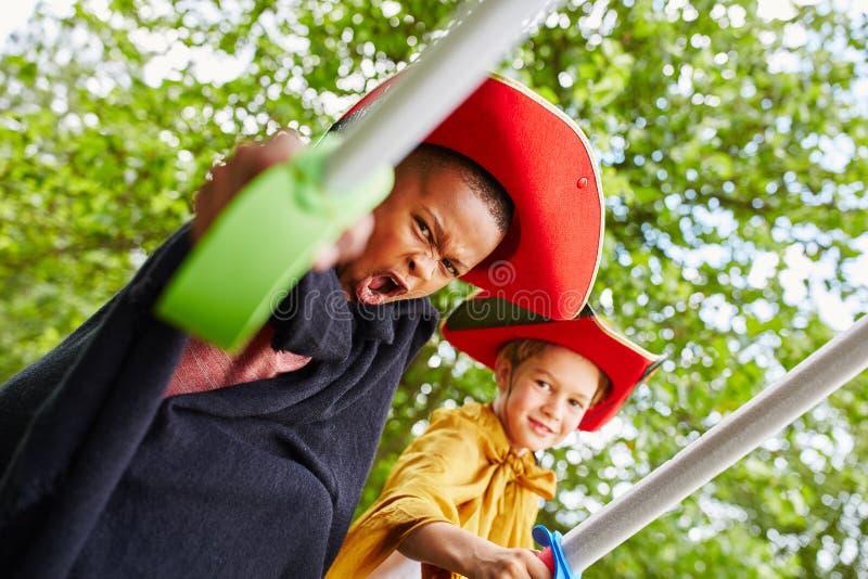 Deux enfants jouant dans le théâtre d'enfants images libres de droits