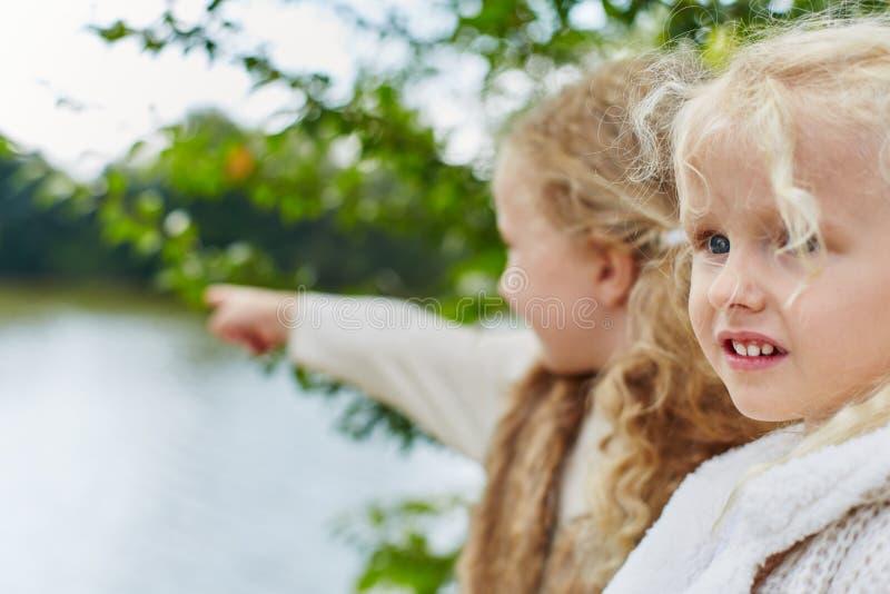 Deux enfants jouant des vacances images stock