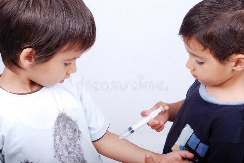 Deux enfants jouent photo stock