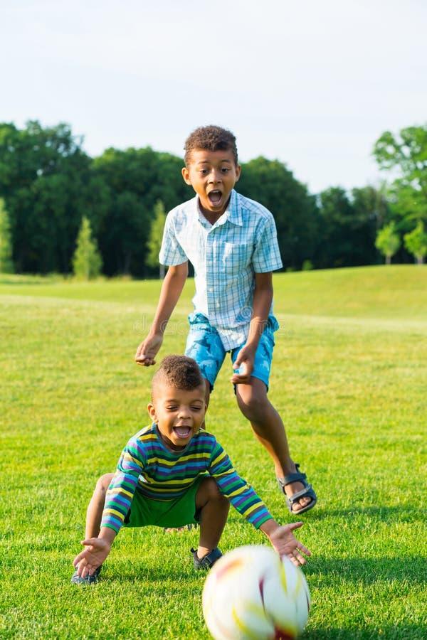 Deux enfants jouent photographie stock
