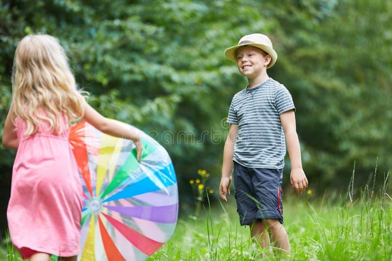 Deux enfants jouent avec une boule color?e photo libre de droits
