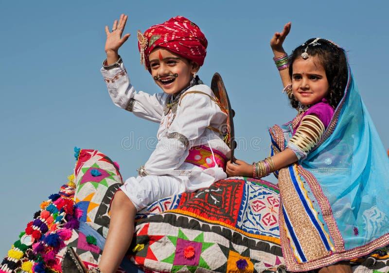 Deux enfants ont l'amusement sur le festival indien célèbre de désert images stock