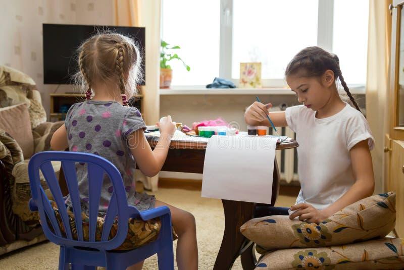 Deux enfants peignant à la maison photographie stock libre de droits