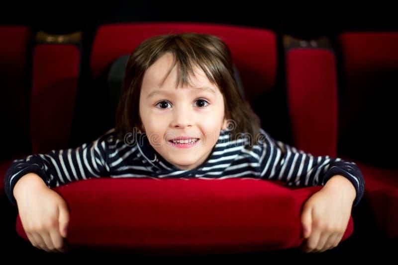 Deux enfants préscolaires, frères jumeaux, film de observation dans le cin images libres de droits