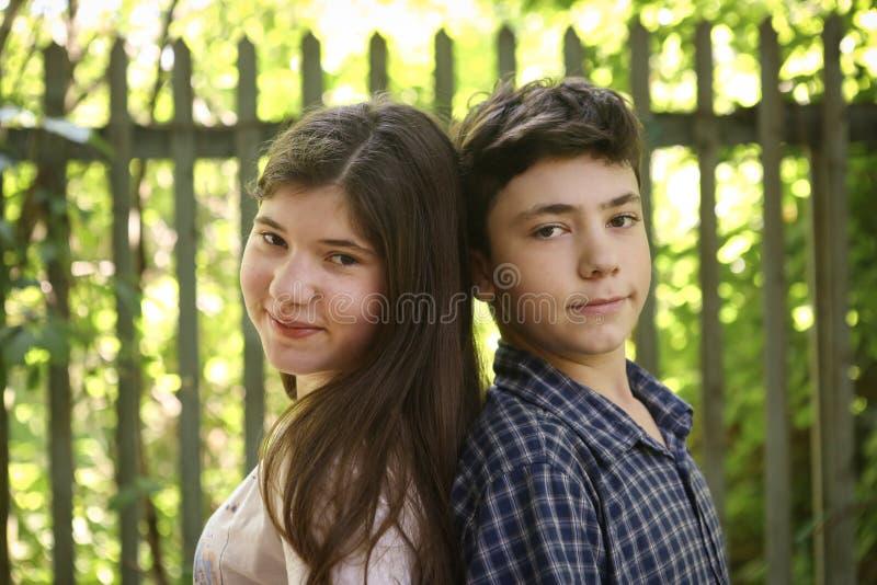Deux enfants soeur et frère d'adolescent d'enfants de mêmes parents photo stock