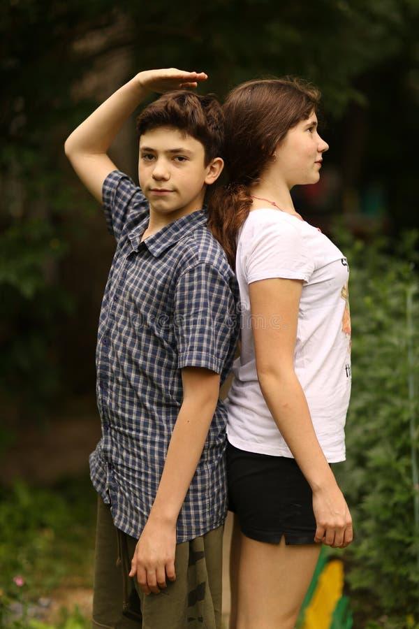 Deux enfants soeur et frère d'adolescent d'enfants de mêmes parents photo libre de droits