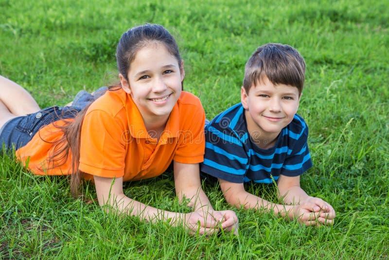 Deux enfants sur la pelouse verte images stock