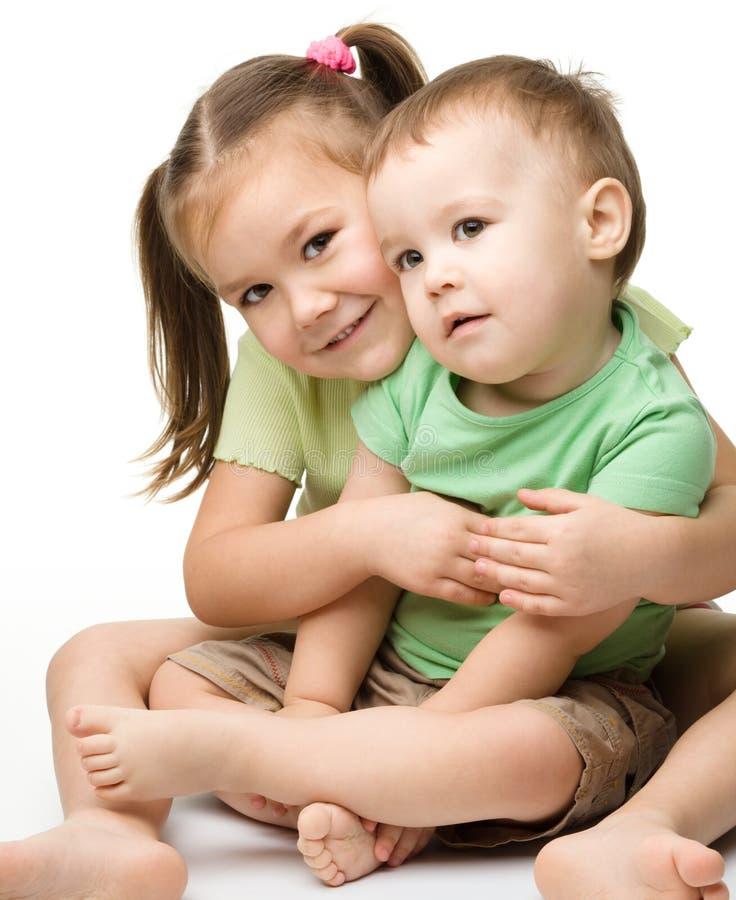 Deux enfants (une fille et un garçon) ont l'amusement photo libre de droits