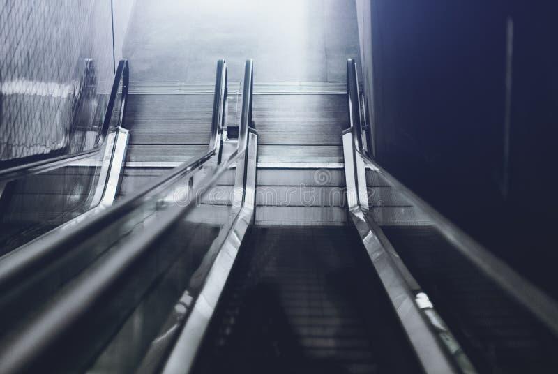 Deux escalators descendant image libre de droits