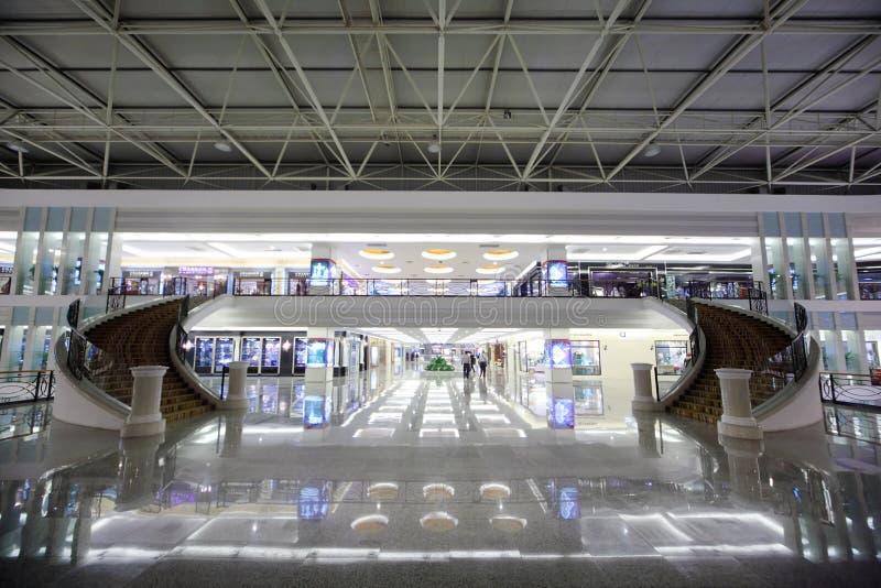 Deux escaliers dans des meubles de Louvre commercent le centre photos libres de droits