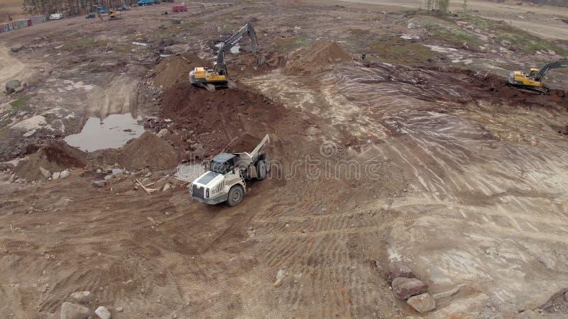 Deux excavatrices chargent un tir d'antenne de camion à benne basculante banque de vidéos
