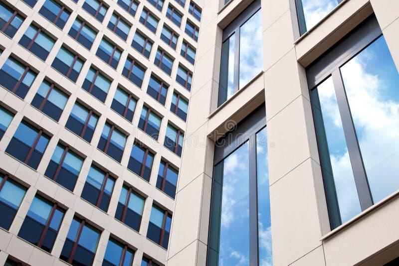 Deux façades d'immeuble de bureaux images libres de droits