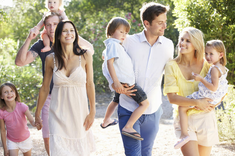 Deux familles sur le pays marchent ensemble image libre de droits