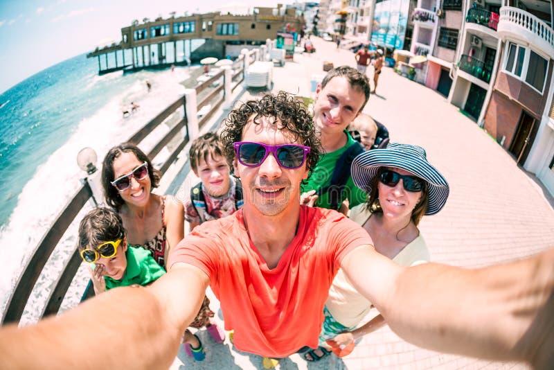 Deux familles voyagent avec des enfants image stock