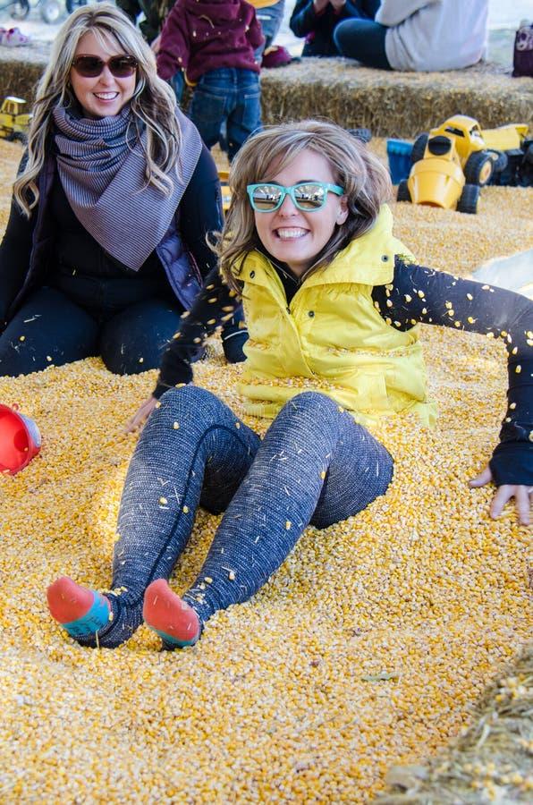 Deux femelles adultes s'enterrent dans un puits de maïs à un labyrinthe de maïs image libre de droits