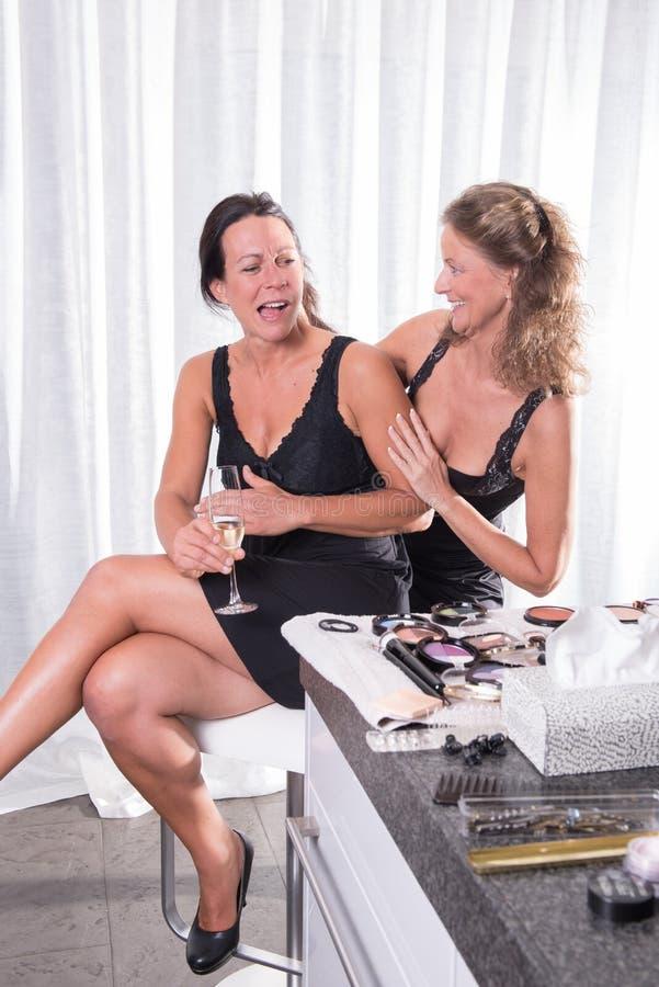 Deux femmes étant prêtes pour la soirée photos libres de droits
