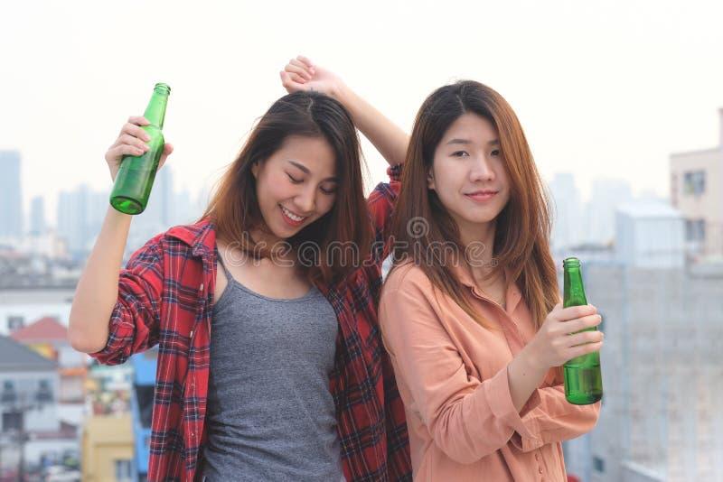 Deux femmes asiatiques buvant au dessus de toit font la fête, dehors célébration, image libre de droits