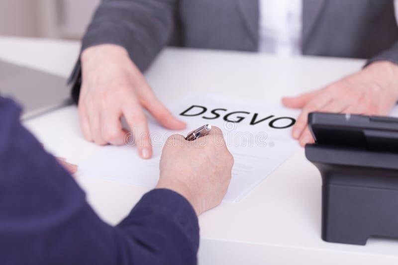 Deux femmes au bureau Concept pour signer un contrat au sujet de DSGVO photographie stock
