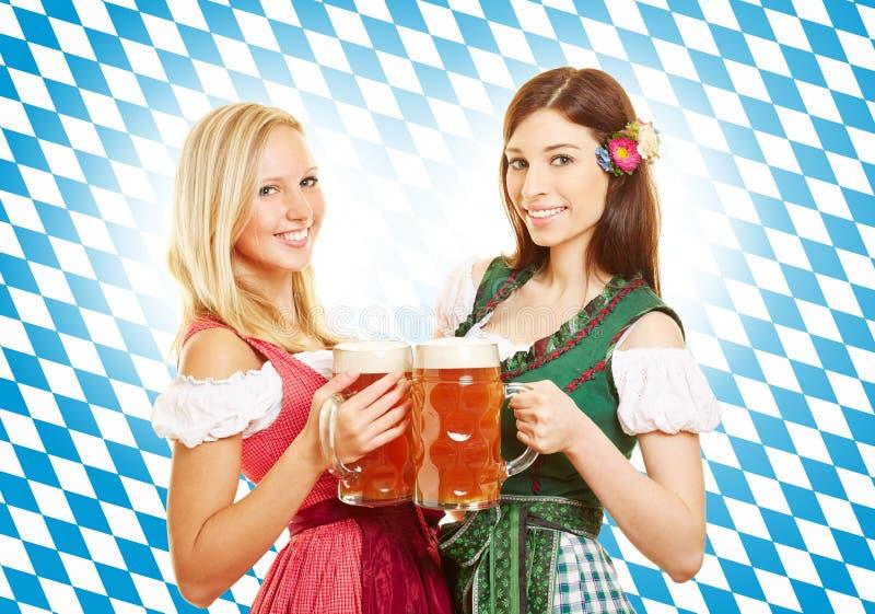 Deux femmes avec de la bière chez Oktoberfest photo libre de droits